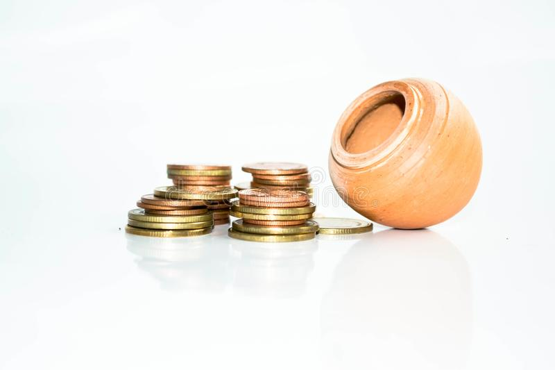 Pilha de moedas no negócio à terra da parte traseira do branco fotos de stock royalty free