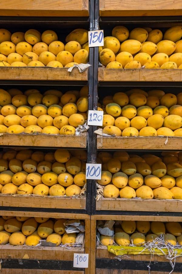 A pilha de nomes que tailandeses rasgados amarelos frescos da manga Mamuang Kaew indicou em frutos para a loja foto de stock
