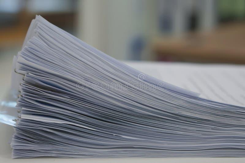 Pilha de original dos dados no escritório foto de stock
