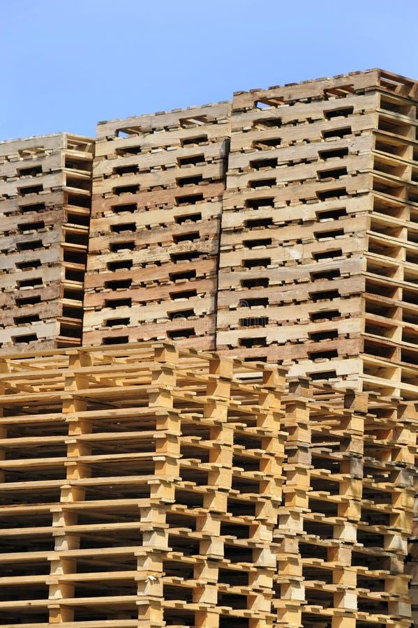 Pilha de páletes de madeira fotografia de stock