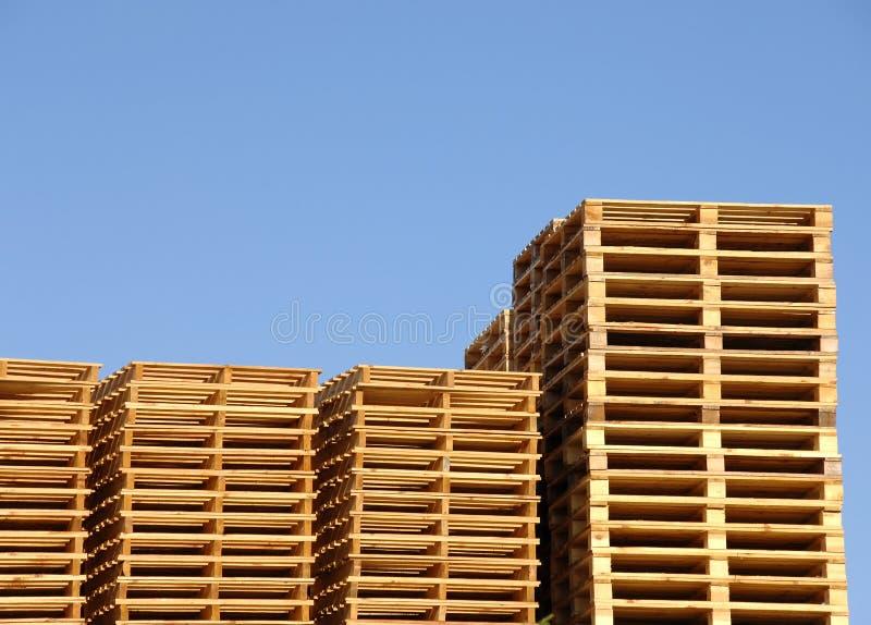 Pilha de páletes de madeira do transporte imagem de stock
