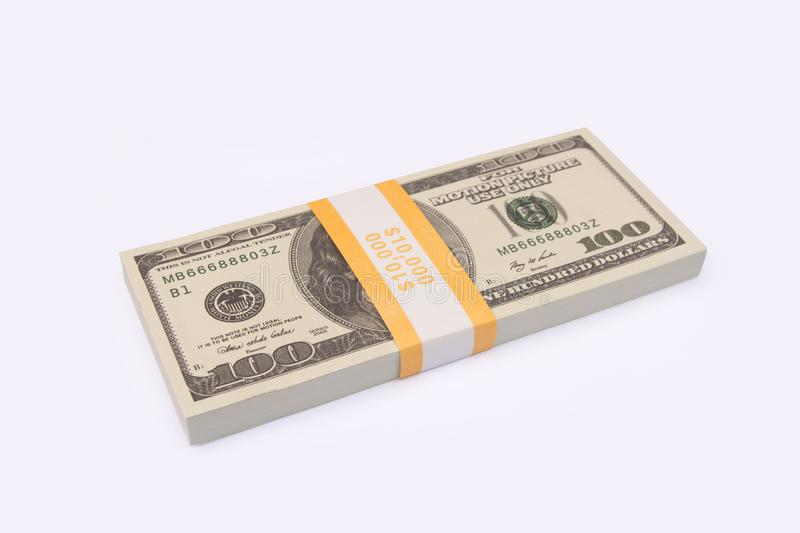 Pilha de 100 pacotes das notas de dólar dos E.U. isolada no fundo branco com trajeto de grampeamento fotos de stock