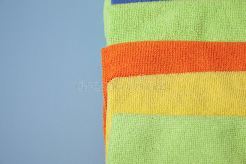 Pilha de panos de limpeza coloridos fotografia de stock