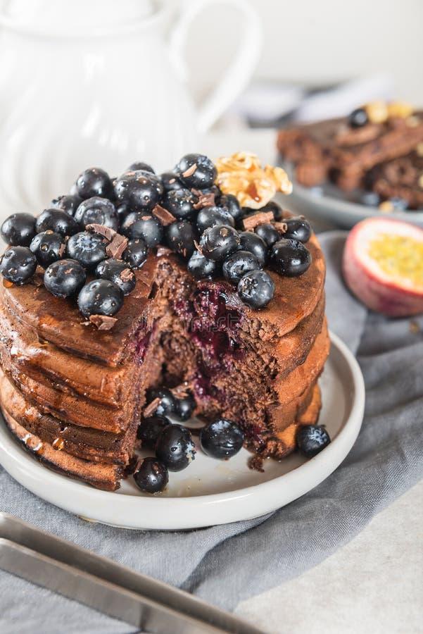 Pilha de panquecas caseiros do chocolate com mirtilos e chocol fotografia de stock royalty free