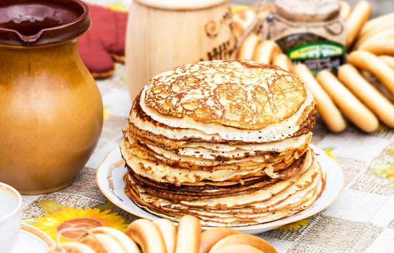 Pilha de panquecas e de bagels fritados apetitosos imagem de stock royalty free