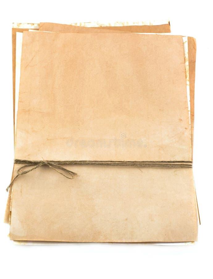 Pilha de papel envelhecido enfaixado com linha imagem de stock