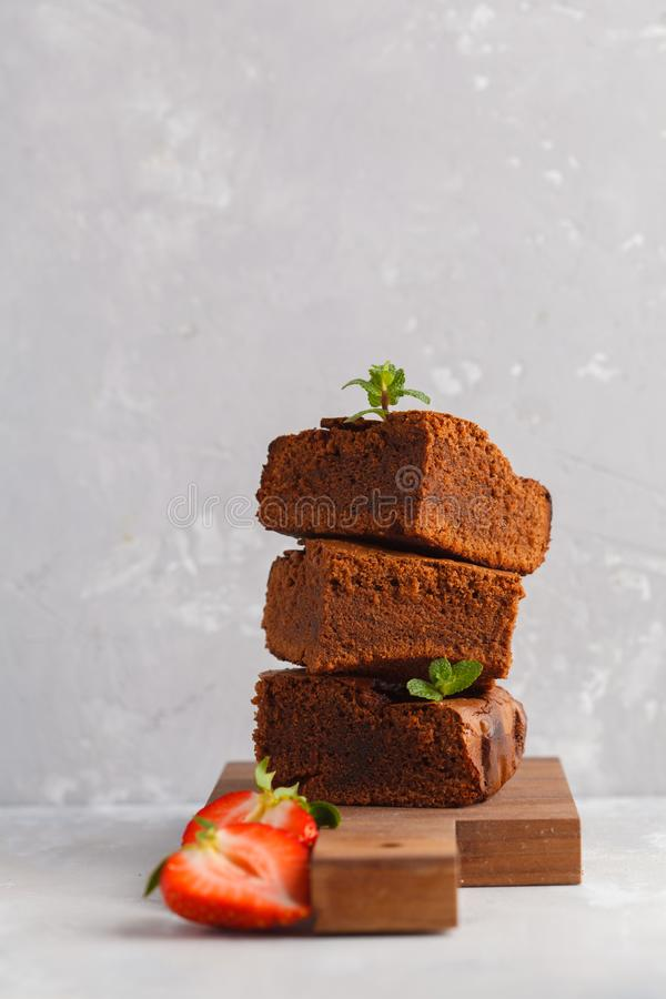 Pilha de partes de brownie escura caseiro do chocolate com strawber imagens de stock