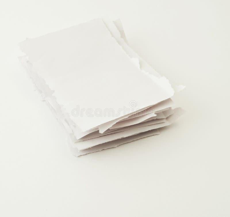 Pilha de partes de papel rasgadas sobre o branco foto de stock