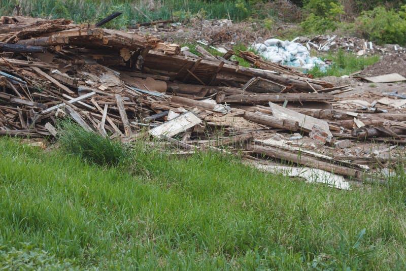 Pilha de partes pequenas de madeira da sucata imagens de stock royalty free