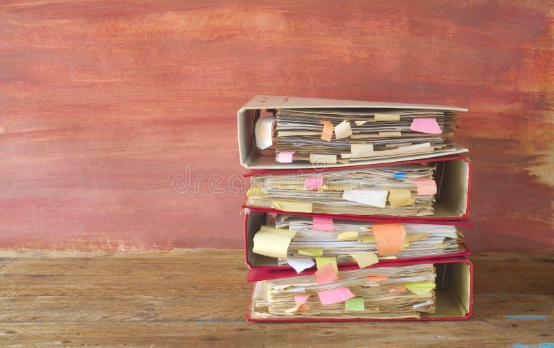 Pilha de pastas de arquivos desarrumado e de originais, imagens de stock