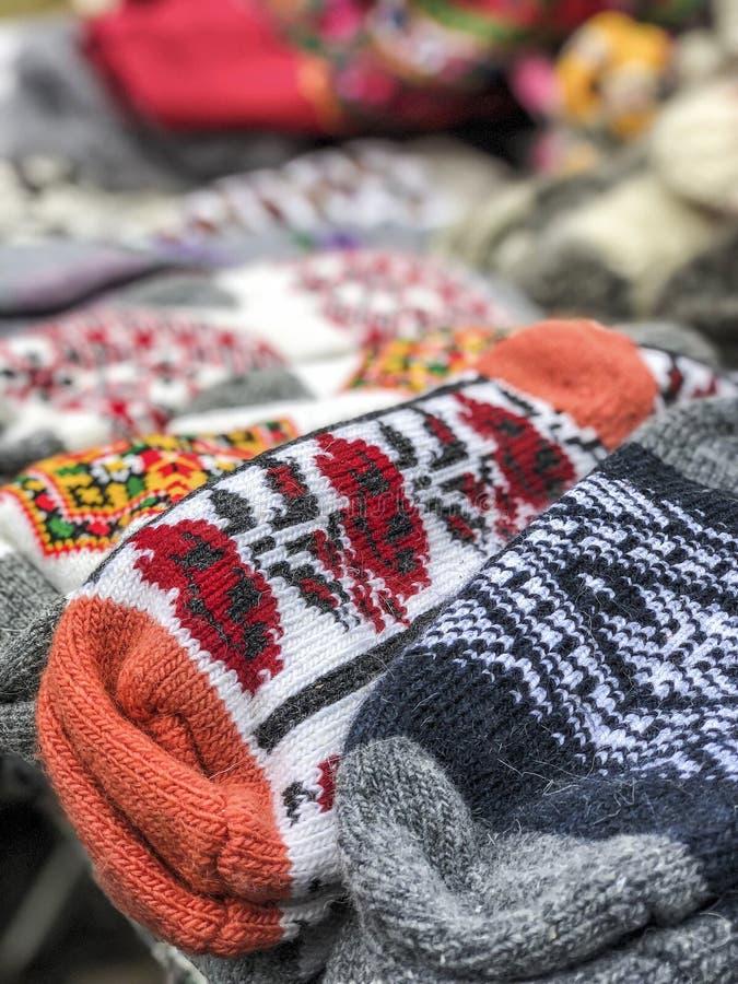 Pilha de peúgas tecidas feitas malha em um mercado imagens de stock
