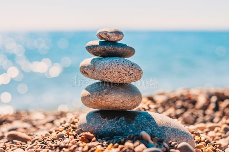 Pilha de pedras lisas do zen do mar no mar imagens de stock