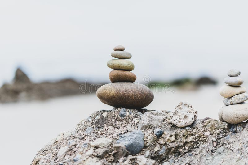 Pilha de pedras na praia fotografia de stock