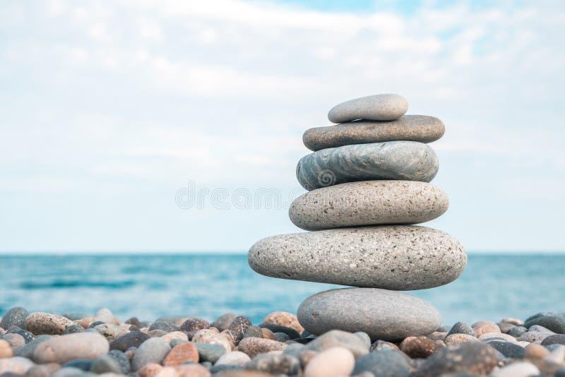 Pilha de pedras na praia do mar, equilíbrio de pedra foto de stock