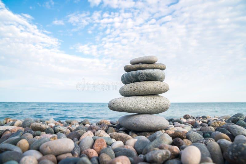 Pilha de pedras na praia do mar, equilíbrio de pedra imagens de stock royalty free