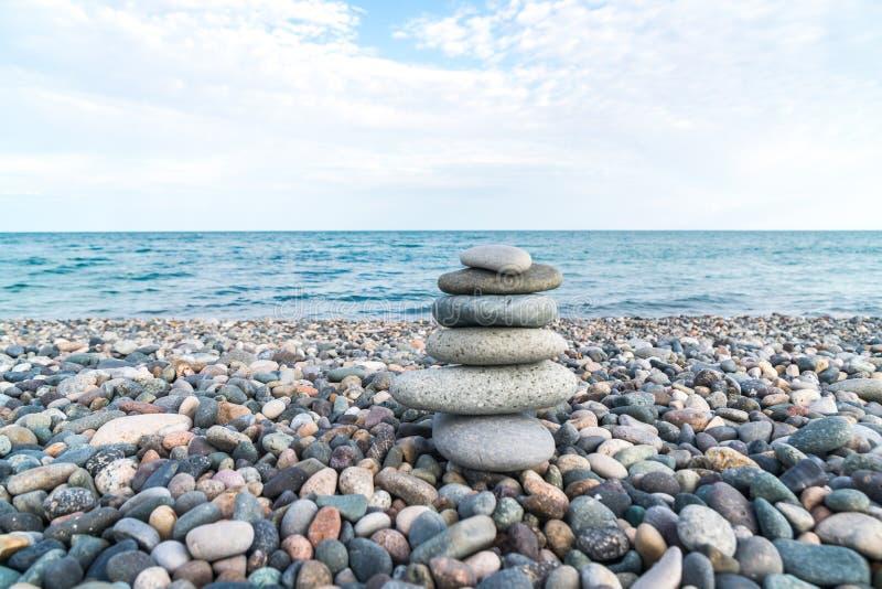 Pilha de pedras na praia do mar, equilíbrio de pedra fotografia de stock royalty free