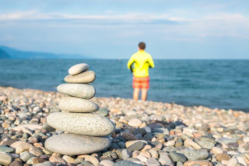 Pilha de pedras na praia do mar, praia de Kvariati, Adjara, Georgi imagens de stock royalty free