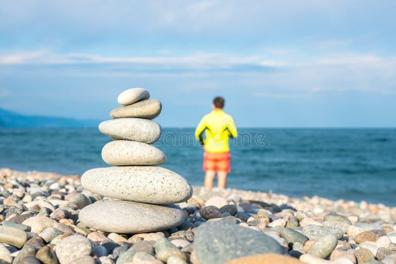 Pilha de pedras na praia do mar, praia de Kvariati, Adjara, Georgi fotografia de stock