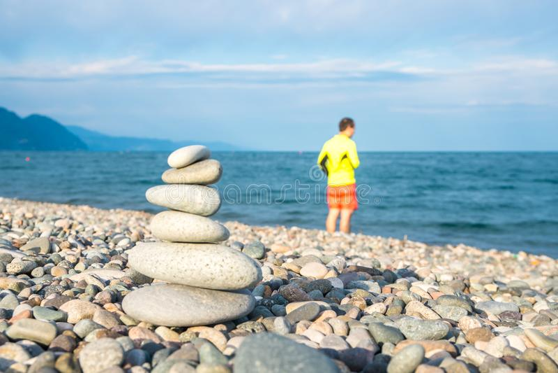Pilha de pedras na praia do mar, praia de Kvariati, Adjara, Georgi foto de stock royalty free