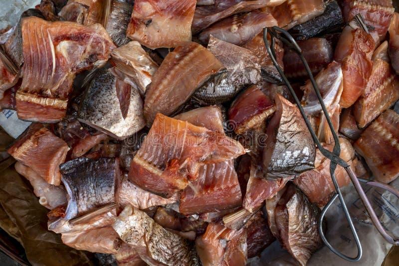 A pilha de peixes de água doce secados indicou em um mercado local fotos de stock