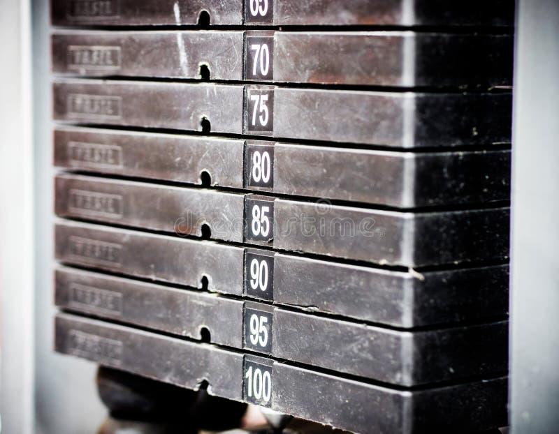 Pilha de pesos oxidados do metal no equipamento do halterofilismo do gym foto de stock royalty free