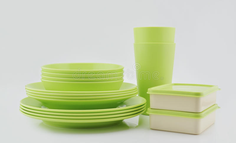 Pilha de placa, de caixa verde e de copo plásticos isolados no branco imagens de stock