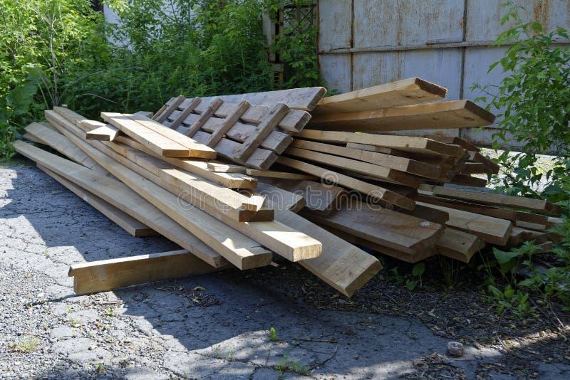 Pilha de placas de madeira velhas fotos de stock