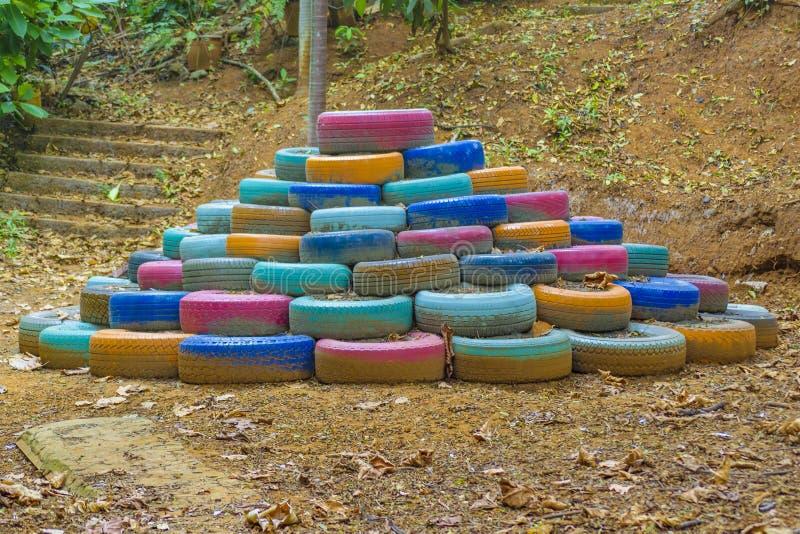 Pilha de pneus coloridos na natureza foto de stock royalty free