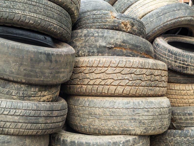 Pilha de pneus danificados fotografia de stock