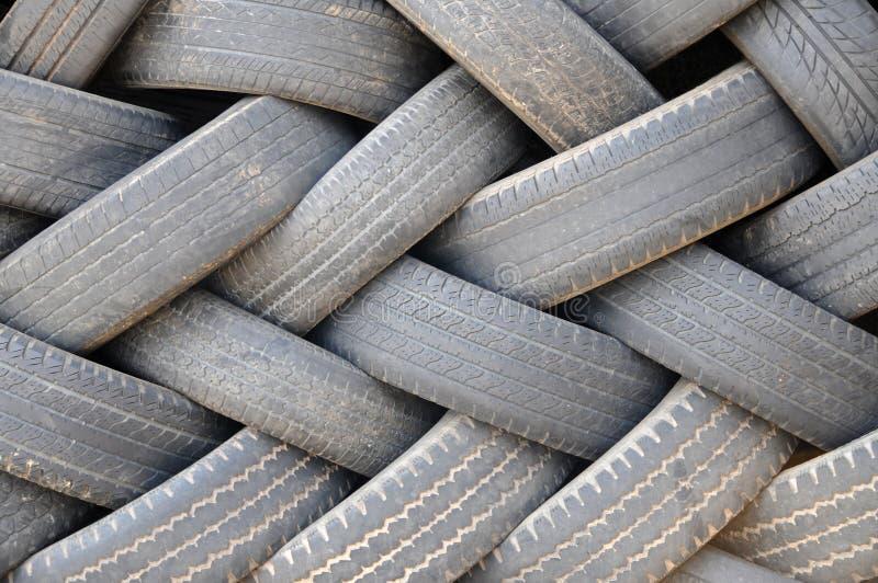 Pilha de pneus usados imagem de stock