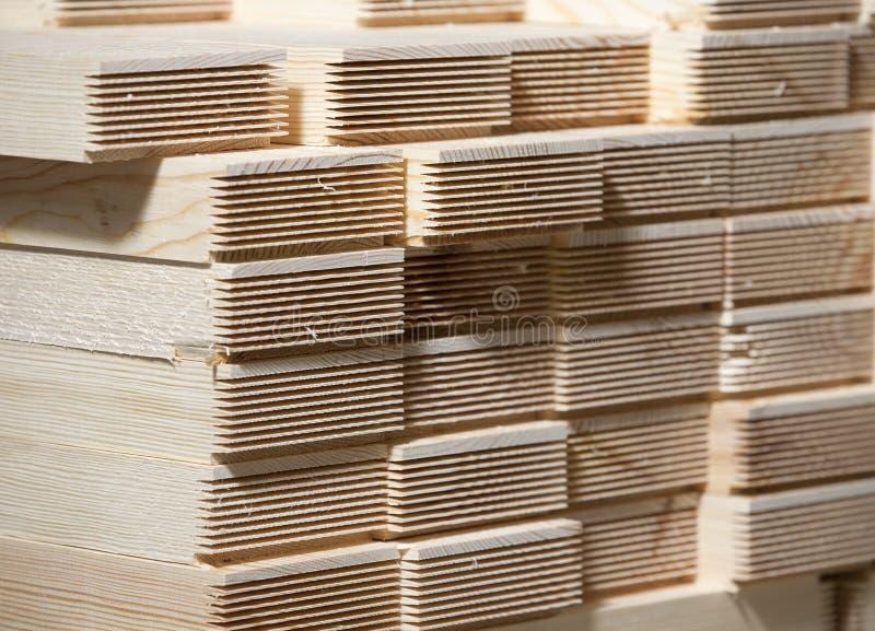 Pilha de pranchas da madeira de pinho imagens de stock