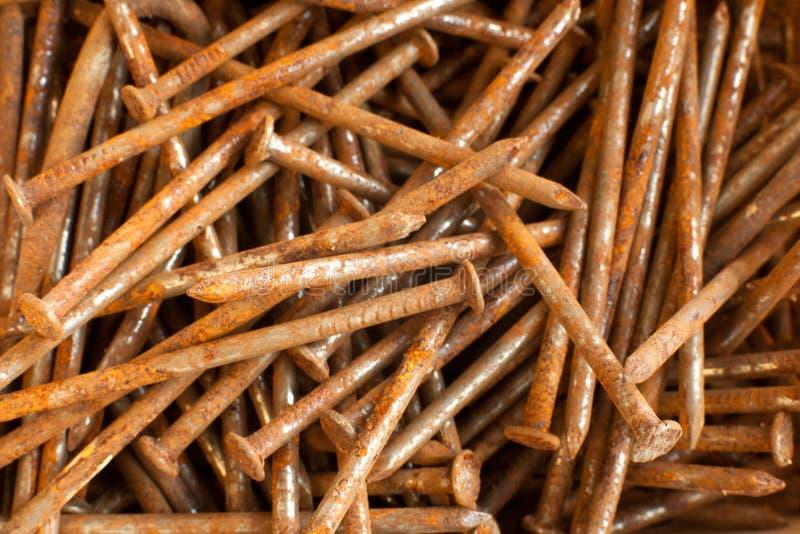 Pilha de pregos oxidados no close up imagens de stock