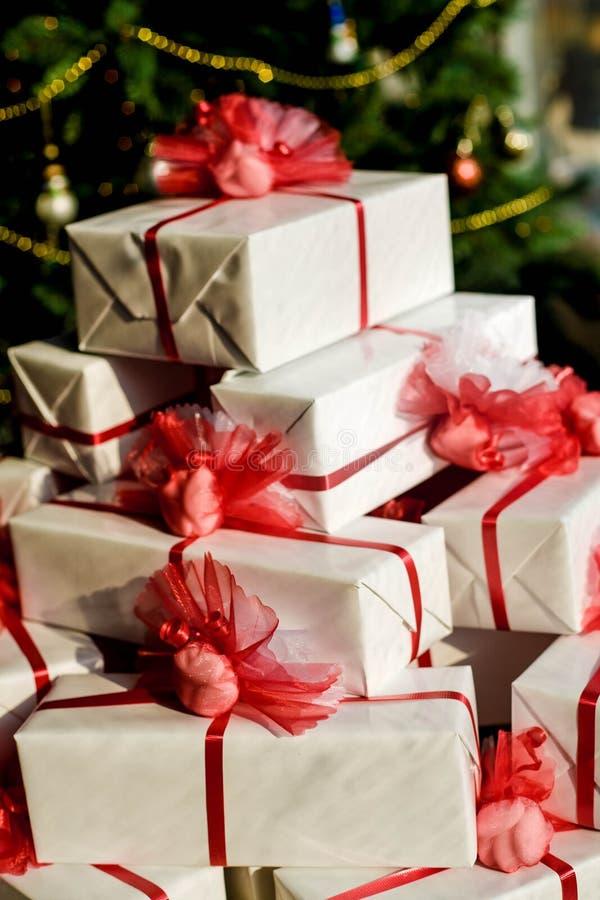 Pilha de presentes de Natal imagens de stock royalty free