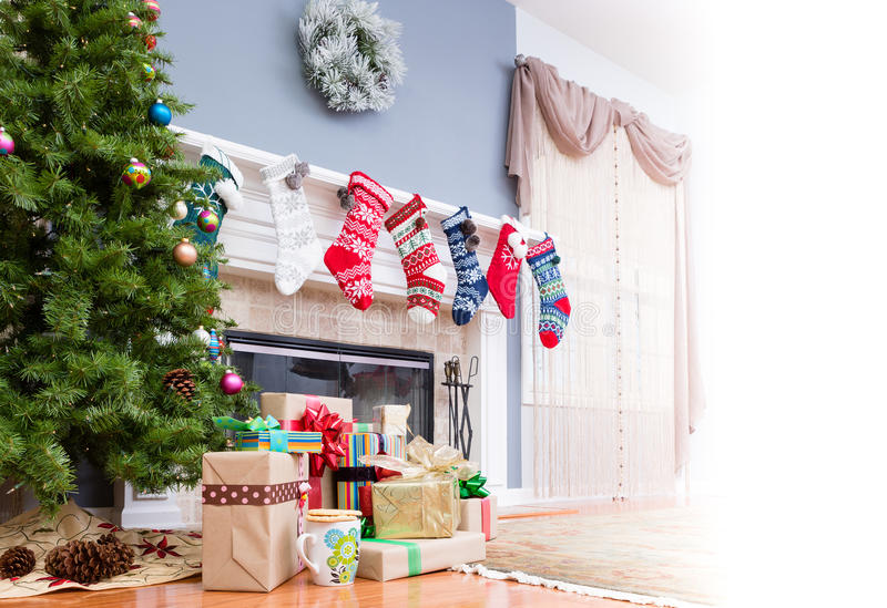 Pilha de presentes do Natal sob a árvore fotografia de stock