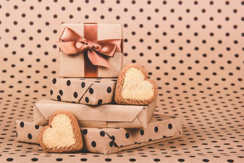 Pilha de presentes e de corações das cookies Presente Boxes Decorações festivas fotos de stock royalty free
