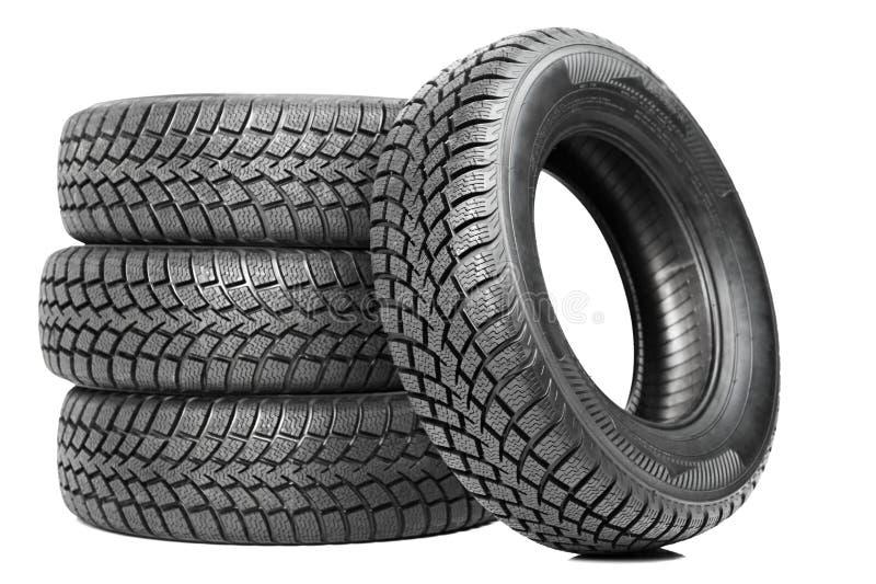 Pilha de quatro pneus do inverno da roda de carro isolados imagem de stock