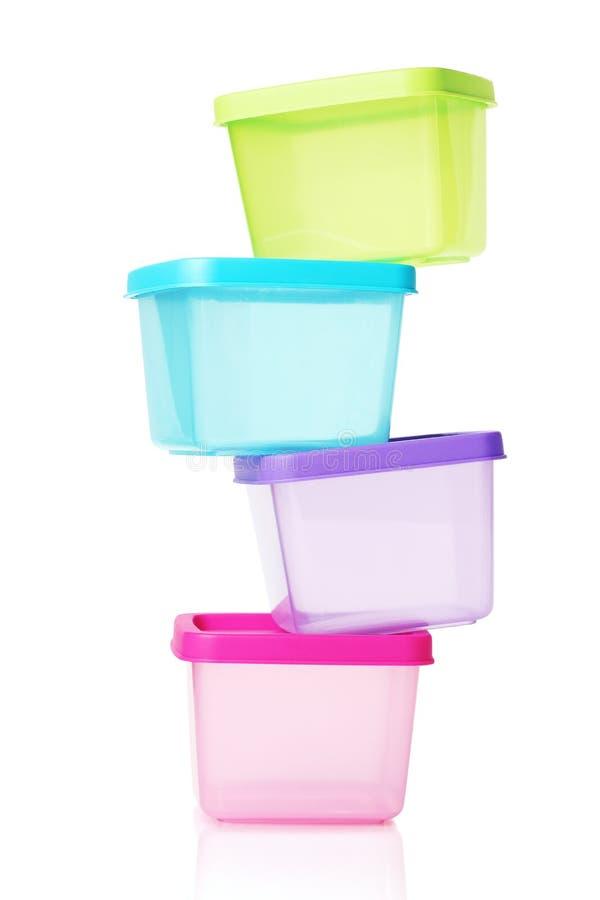 pilha de recipientes plásticos coloridos fotografia de stock