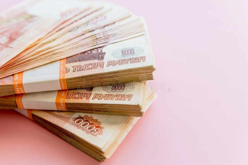 Pilha de 5000 rublos de blocos isolados no rosa O conceito da riqueza, dos lucros, do neg?cio e da finan?a Dinheiro da pilha no fotos de stock royalty free
