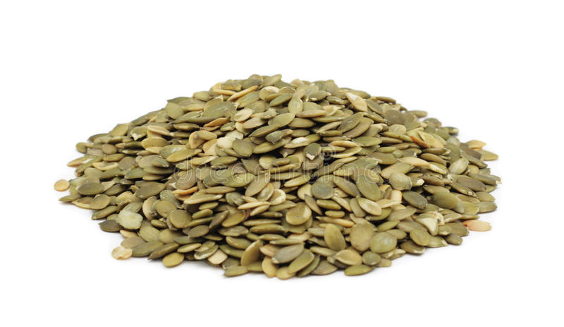 Pilha de sementes de abóbora descascadas, isolada foto de stock