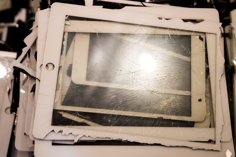 Pilha de tabuletas com o painel LCD rachado e danificado imagens de stock