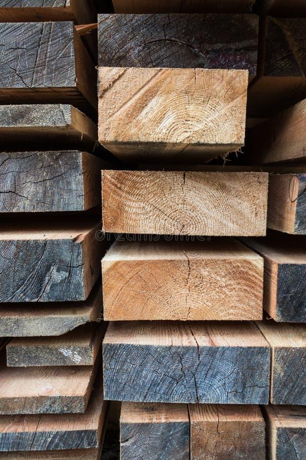 A pilha de tamanho diferente cortou as pranchas de madeira para o constructio de construção fotos de stock