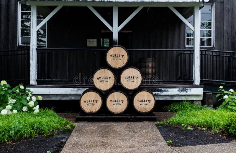 Pilha de tambores de Bulleit Bourbon fora da construção fotos de stock