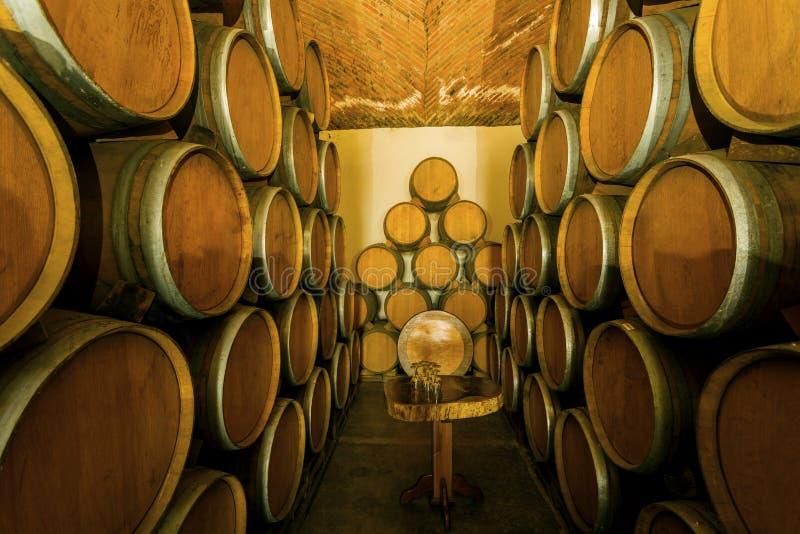 Pilha de tambores de vinho fotografia de stock royalty free