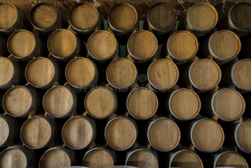 Pilha de tambores de vinho imagem de stock royalty free