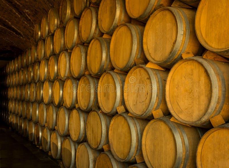 Pilha de tambores de vinho fotografia de stock