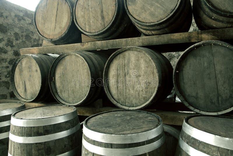 Pilha de tambores de vinho fotos de stock