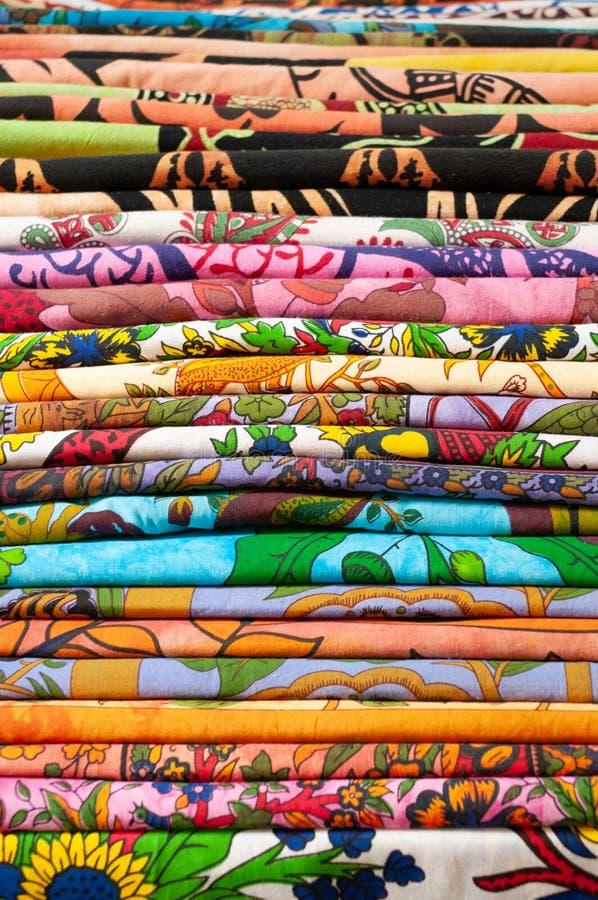 Pilha de telas coloridas para a venda no mercado, Bolonha, Itália foto de stock