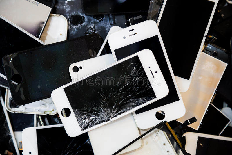 Pilha de telefones espertos com o painel LCD rachado e danificado fotografia de stock