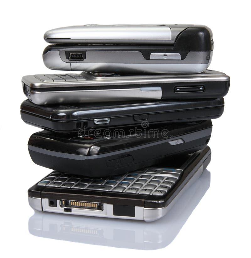 Pilha de telefones móveis velhos imagem de stock