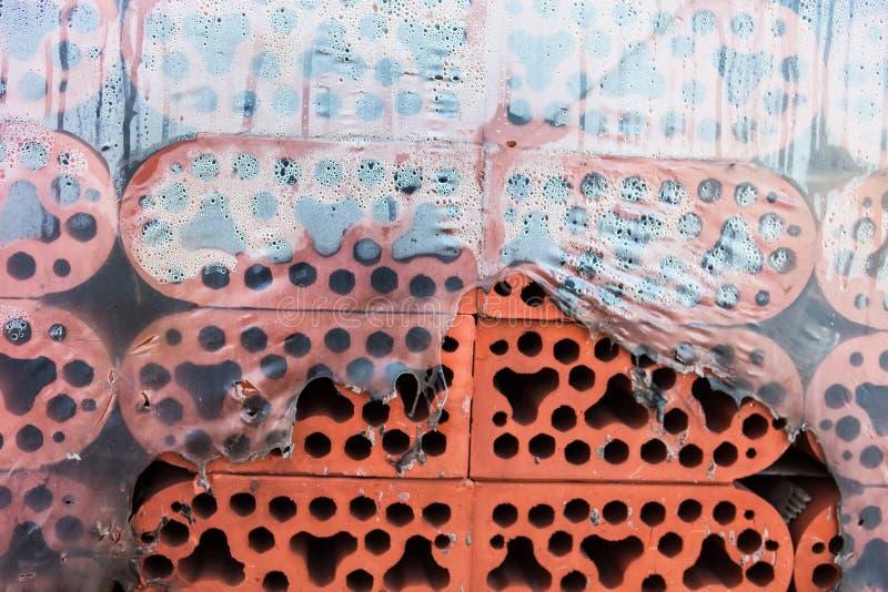 Pilha de tijolos do silicato no polietileno rasgado misted closeup imagem de stock